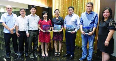 林跃腾(左3起)在赠送纪念牌匾予洪宝玉及冯廷月后与家协成员们合照留影。