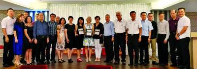 北海光华学校3机构理事及嘉宾与领奖的教师们合影留念。