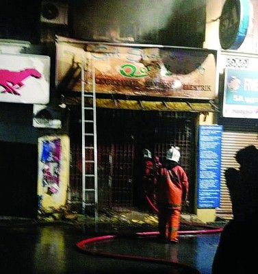 小印度大街的一间双层纪念品店店铺不知何故起火燃烧,烧毁约40%店面,所幸没有人受伤。
