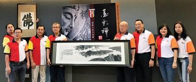 林唐欣(左起)、彭春松、黄恒翔、荘耿康、程福隆、梁淑鸾与吴莲丝等人在记者会上合照。