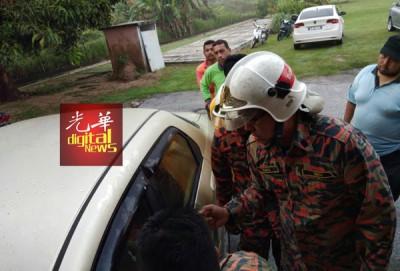 消拯人员赶抵现场后不一会便将车锁开启。