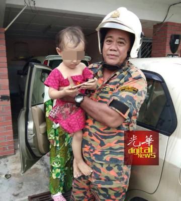 女童被消拯人员救出车外时依然无惧地玩着手机。