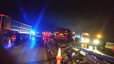 一辆拖格罗里失控撞毁路中央分界堤,复与迎面而来的轿车相撞。