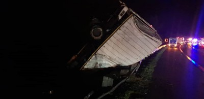 罗里被撞坠入斜坡,司机头部受伤。