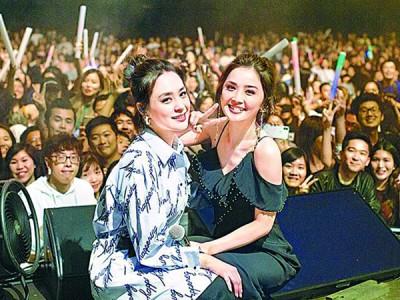 阿娇(左)以及阿Sa每当美加巡演吸引大量粉丝捧场。