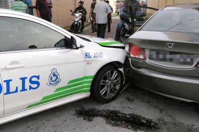 警车与匪车相撞后,都有毁损。