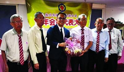 骆保林(右3)赠送水果篮予魏子森(左3),左起连毅勇、傅振造、陈开成(右起)及杨福源。