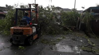 冰暴侵袭瓜拉吉之市区,热情人士支援清理灾区。