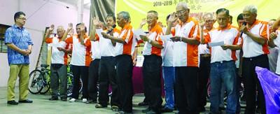 蔡通易(左1)为西岭华人义山管理委员会新届委员会主持监誓。