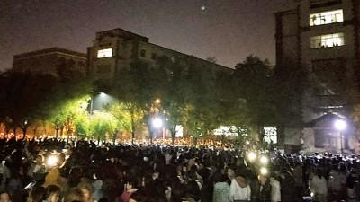 广大群众慌忙上街躲避。