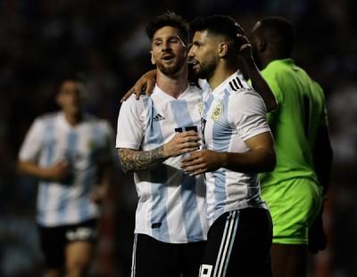 梅西完成帽子戏法后,还助攻阿奎罗(右)进球。