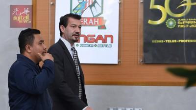 西维尔祖斯托(右)现身反贪会,相信协助一马特工队的调查工作,逗留4小时余便离去。