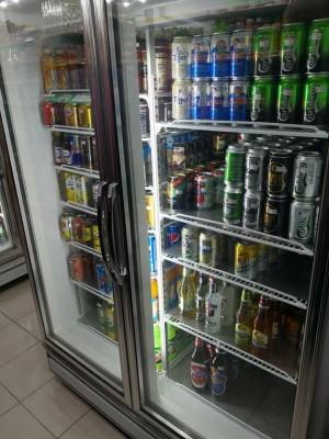 上门抗议的男子,要求店员拿出冰箱内的酒。