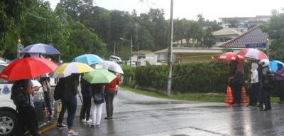 周五下午一场大雨,大部分民众纷纷避雨离去,媒体人则坚守岗位。