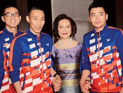 黄锦财(左一)、李宗伟(左二)、陈蔚强(右一)跟泰国羽协主席昆英展开合影。
