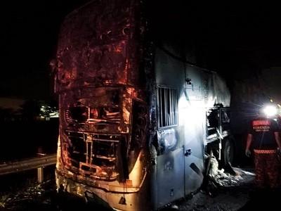 同样部长途巴士行驶途中轮胎爆炸,致使引擎起火。