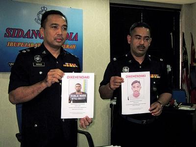 沙兹里(左)以及阿兹兰展示警方追捕要犯图片,连就知情民众通知警方。