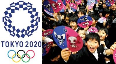 左图:东京奥运会徽。右图:东京市一群小学生持出炉的吉祥物肖像热情迎接奥运会的到来。