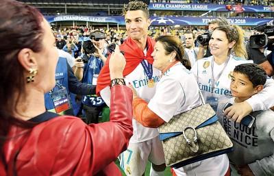 C罗纳多(中)与母亲多洛雷斯阿维罗(右3)感情甚好。