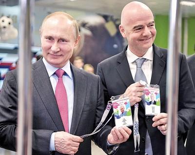 普京(左)以及以凡蒂诺已取得世界杯球迷护照。