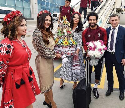 萨拉赫到基辅受到乌克兰美女热烈欢迎。