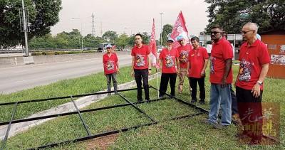欧阳捍华(左2)与支持者到现场视察被破坏的宣传板。