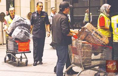 警方出动『手推车』搬运过百个的名牌包包,真的让人傻了眼。