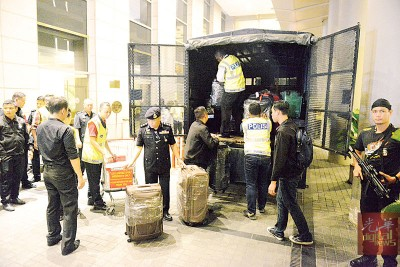 警方在这两晚分别在武吉免登柏威年高级公寓及位于大使路的私邸,也搜出超过100个名牌包和名表。