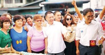 倪可敏(前排左4)在安顺展开谢票活动时,受到民众的欢迎。
