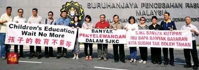 梁全达(左8)及黄华生(左9)一行人前往反贪会投报教育部涉嫌包庇一些华小舞弊情况。