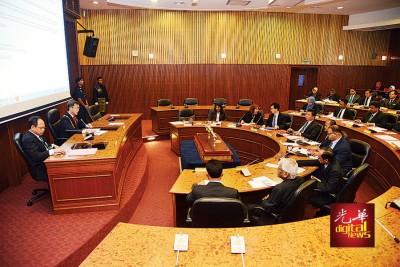 槟岛市政厅于周四召开例常会,经过木蔻山发展计划准证。