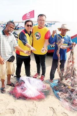 孙志明(左二起)及李政融与受影响渔民向媒体展示海域受破坏的证据。