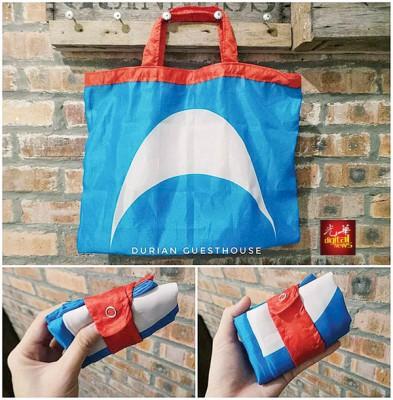 李慧君将党旗制成环保袋。