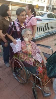 胡月英,当年已92年,列到选举都相约妹妹胡鸾英(80年)赴投票,凡不行为非差。