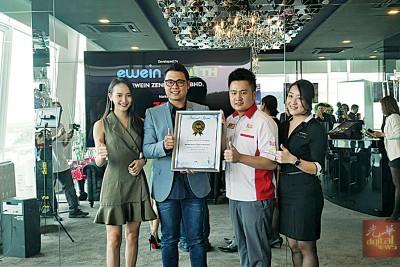 """益安地产公司创办人兼集团总裁李烔良(左2)、""""梦想之城""""宣传大使关丽婷(左1)与""""梦想之城""""管理与运营副总经理(左4)领取由马来西亚纪录大全特别官员黄程运(左3)颁发的证书。"""