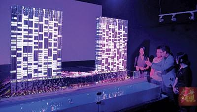 """李烔良率领众出席者参观获列入大马纪录大全的""""梦想之城""""7D模型。"""