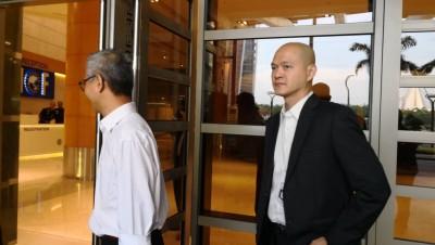 潘俭伟(左)及王建民也出现财政部大厦,笑称是林冠英的助理。