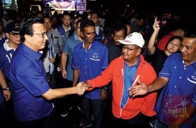 面对黄德的挑战,再加上伊党候选人围攻,廖中莱不掉以轻心,赶场拜票。