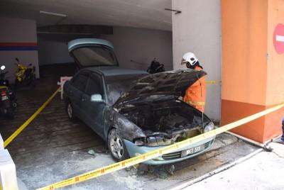 一辆行驶中的轿车引擎突然着火,车主弃车保命。