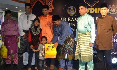 慕加希(右3)每当尤努斯(右起)、沙鲁汀、哈斯努当随同下颁赠恩物予孤儿。