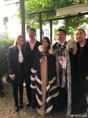 李玟(左起)、黄立行及黄立成(右)贺新人,林智文夫妻打扮如国王、王后。