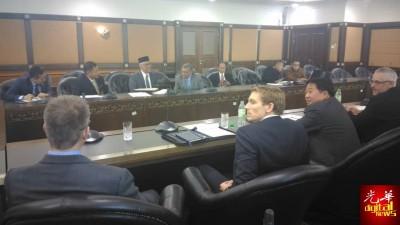 阿都哈密(朝镜头左2起)、阿布卡欣、阿都甘尼及苏克里接见美国联邦调查局及美国司法部代表,共商合作事宜调查一马公司案。