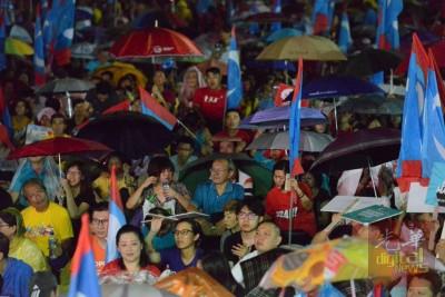 虽然下起毛毛细雨,但支持者坚持留守到最后。