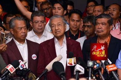 马哈迪(中)指责选委会故意拖延宣布成绩。左起是慕尤丁及莫哈末沙由。