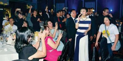 张艾嘉难得献唱,还边唱边与观众互动,引起大家争相拍照。