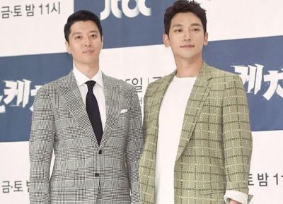 Rain(右)和李东健出席新剧发布会。
