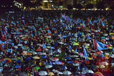 支持者纷纷撑起伞,继续聆听槟州希联在旧关仔角举办的超级讲座。