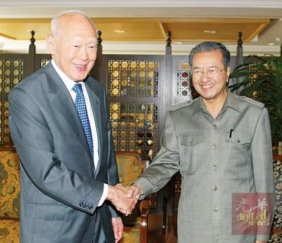 李光耀当年造访布城的首要领导基金会时,和马哈迪的合照。