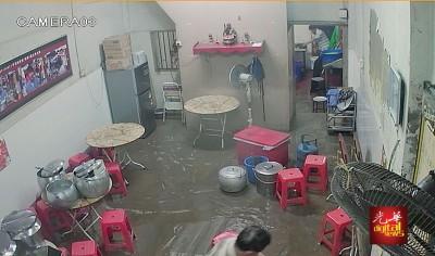 粿汁店店主漏夜清理。