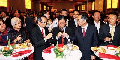 首长曹观友(左3)、拿督刘子健(左2)、行政议员章瑛(左)及杨顺兴(右)等与吴骏把酒言欢。
